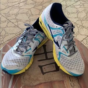 Mizuno Wave Hitogami athletic shoes